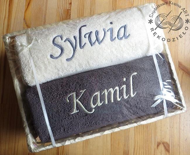 ręczniki w koszu zapakowane na prezent